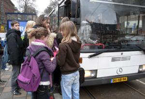 instappen in de bus bij het leerlingenvervoer
